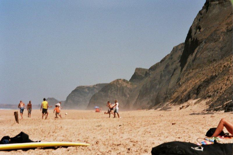 Пляж, игра в пляжный футбол